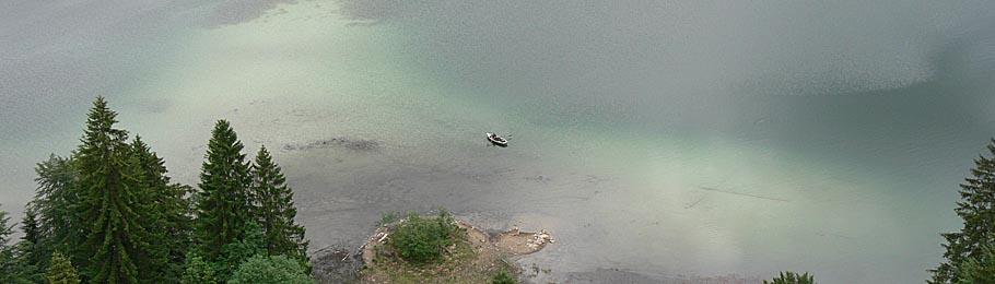 Einsamer Angler auf einem Bergsee