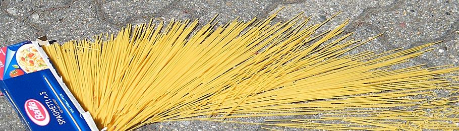 Spaghetti auf Straßenpflaster